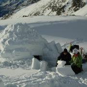 Иглу из рыхлого снега в Карелии